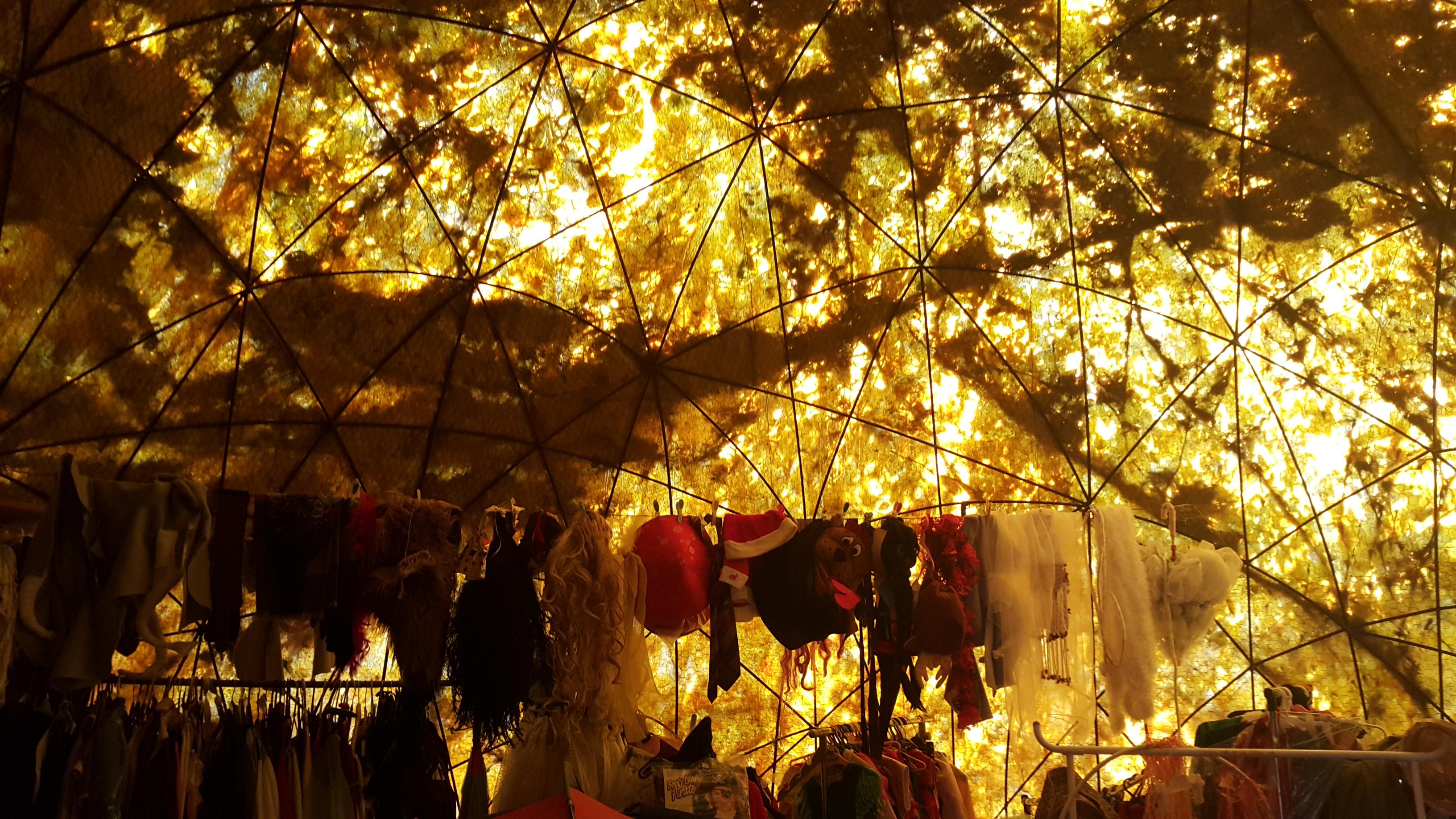 Adeta Miyazaki filmlerinden fırlamış bir kostüm odası...