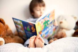 kitap okuyan cocuk